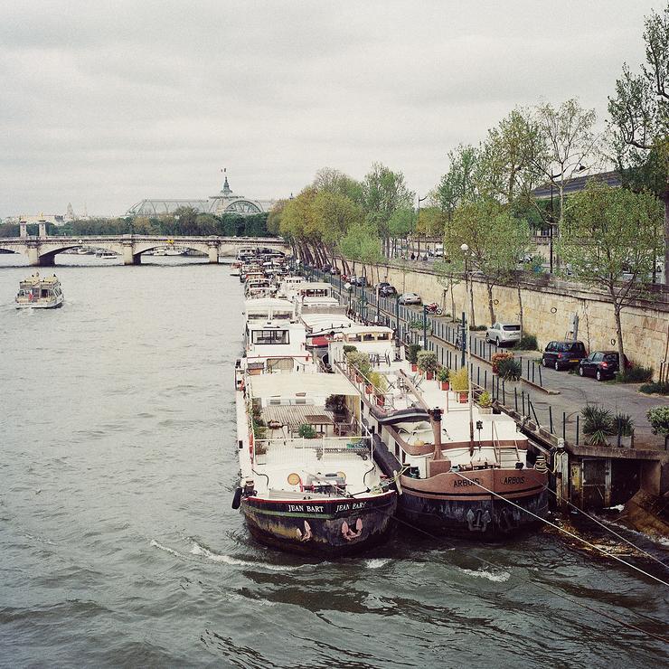 Péniches amarrées quai des Tuileries