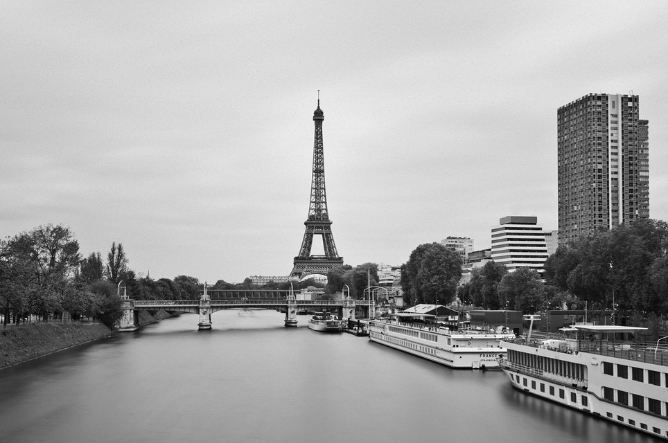 Paris, sa tour Eiffel et son ciel gris