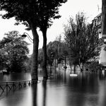 Voiture sous les eaux rue Eugène Poubelle
