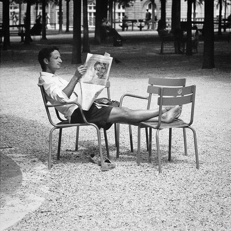 Lire le journal au soleil