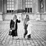 Marie-Catherine et Yvette sous un parapluie