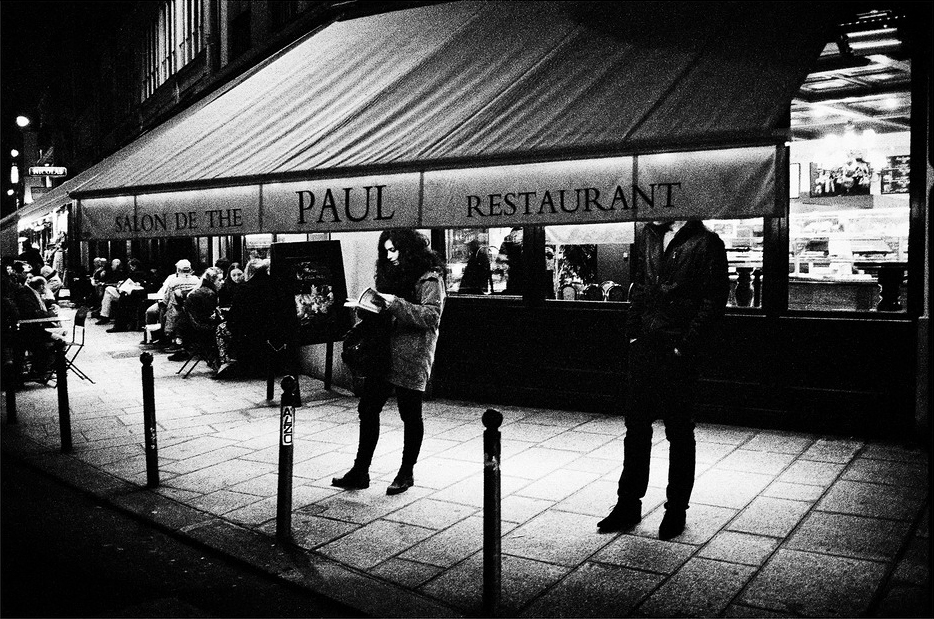 En attendant devant chez Paul