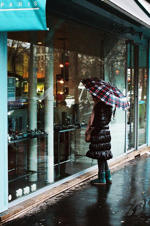 Le parapluie à carreaux