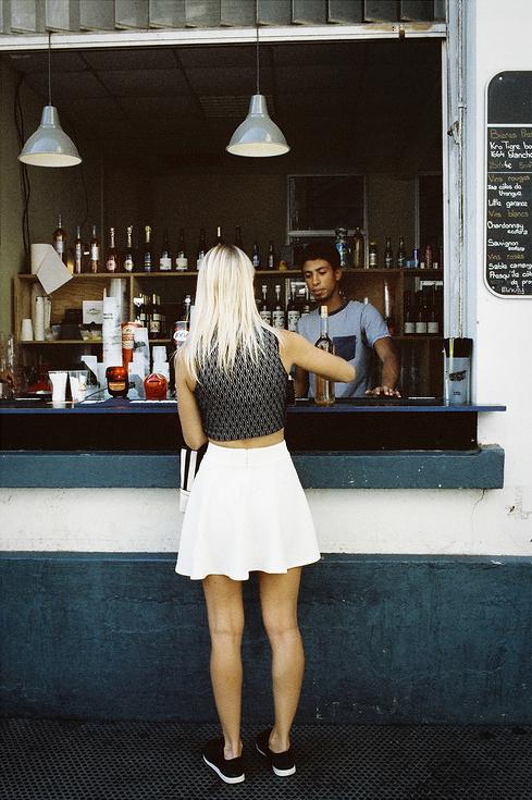 Vanessa Beth et le barman