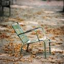 La chaise et les feuilles mortes