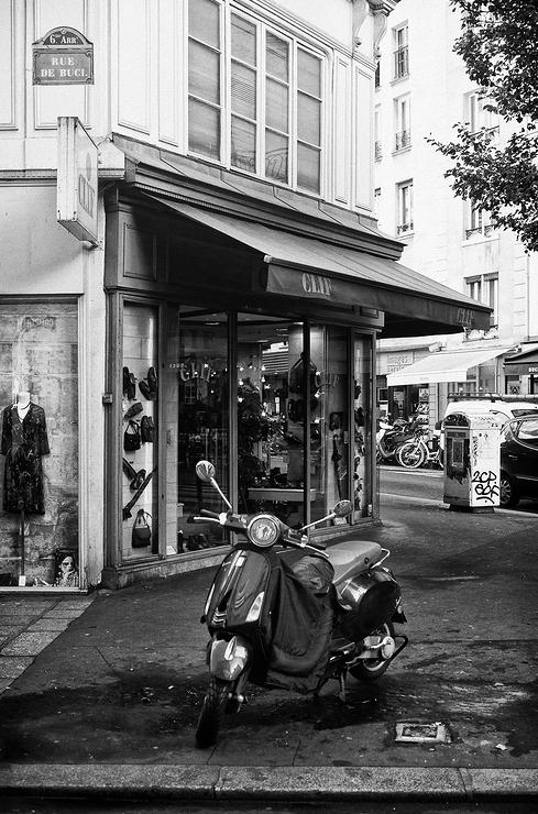 Un scooter rue de Buci