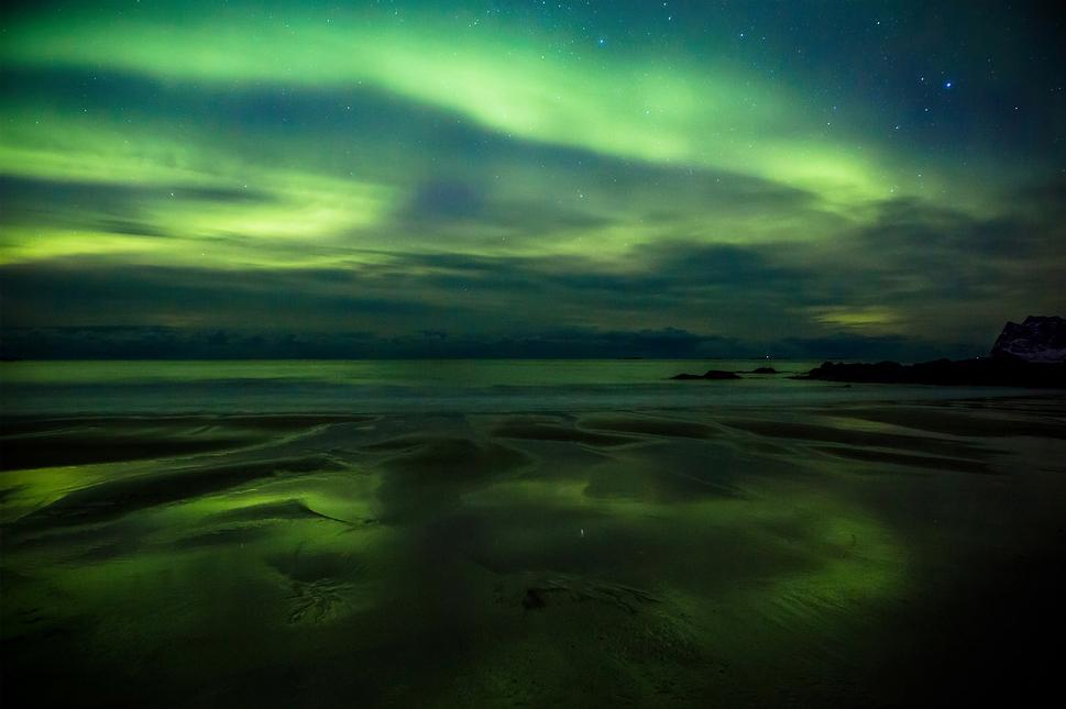 L'arc en double / Aurore boréale / Storsandnes Beach / Lofoten / Norvège