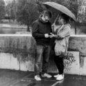 Michel et Clara sous un parapluie