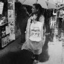 En poncho sous la pluie