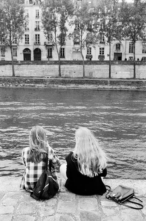 Charlotte et Nathalie en bord de Seine