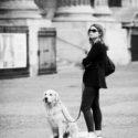 Une femme et un chien assis