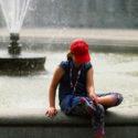 Fontaine et casquette rouge