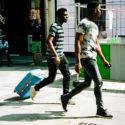 Un homme sur deux à une valise