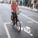 Un pull-over rose et un vélo