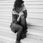 Gabrielle sur les marches de la grande arche