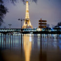 Reflet de la tour Eiffel dans la Seine en crue