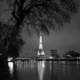 La tour Eiffel le soir dans un reflet