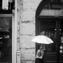 Caché sous un parapluie