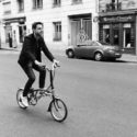 Sur un mini-vélo
