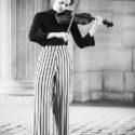 Elle joue du violon debout