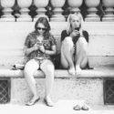 Lydie et Sandrine sur leurs téléphones