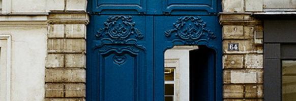 A l'entrée de la grande porte bleu