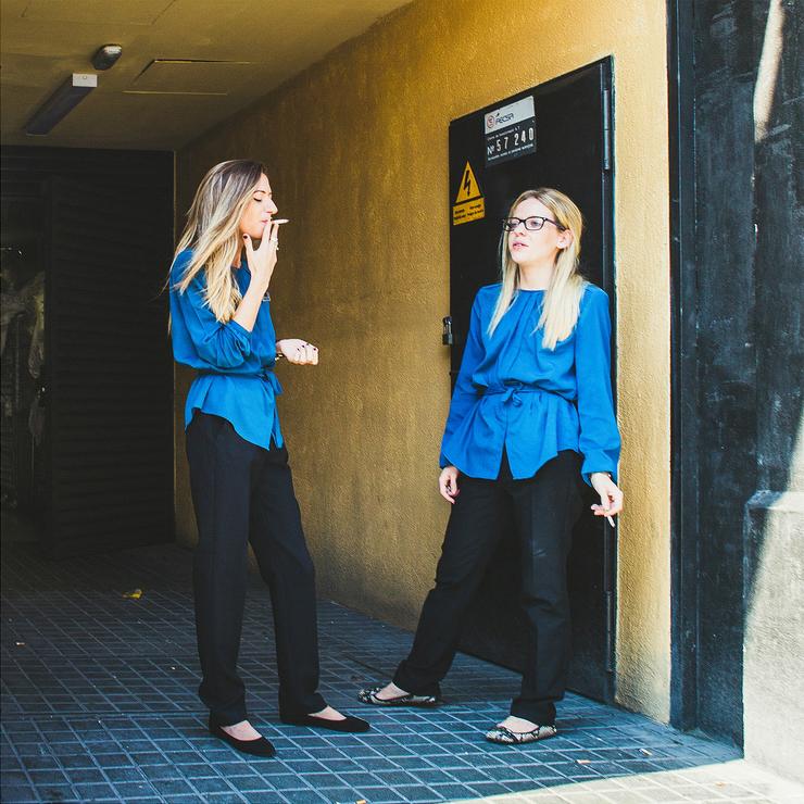 En bleu et avec une cigarette