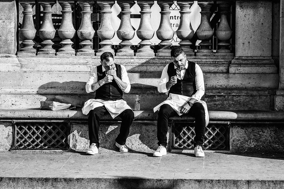 Michel et Marc fument une cigarette