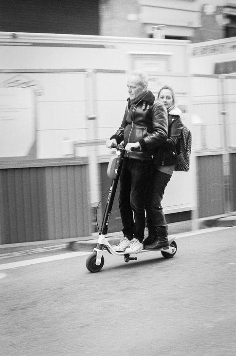 A deux sur une patinette