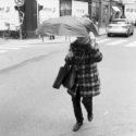 Cachée sous son parapluie