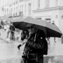 Le photographe sous son parapluie