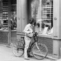 En vélo devant la vitrine