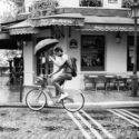 En vélo avec un parapluie