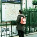 Devant le plan du métro