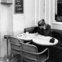 Ecriture dans un café