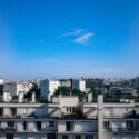 Le ciel est bleu sur les toits de Paris