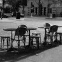 Chaises et tables vides