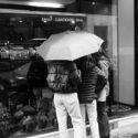 Trois sous un parapluie