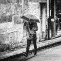 Sous la neige avec un parapluie