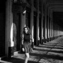 Valentine sous les arcades du Palais-Royal