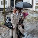Deux femmes, un parapluie et des fleurs