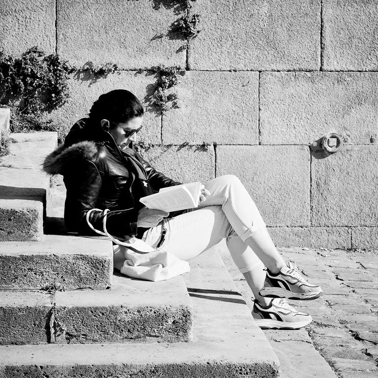 Lire sur les marches